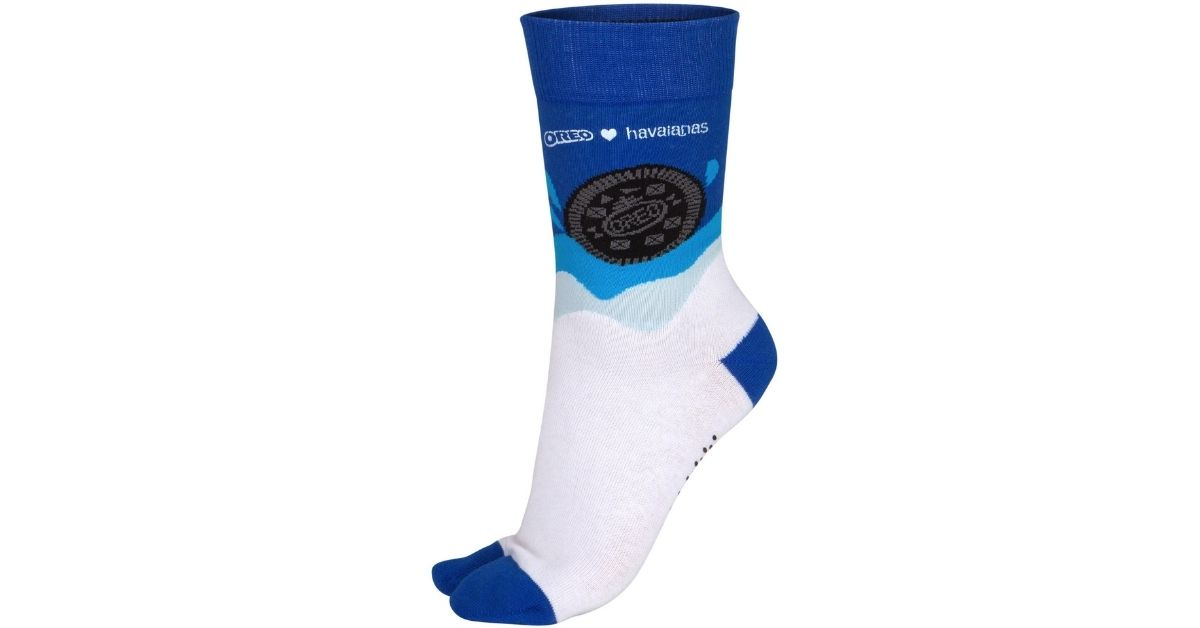 chaussette-bleue-blanche-collaboration-marques-oreo-havaianas