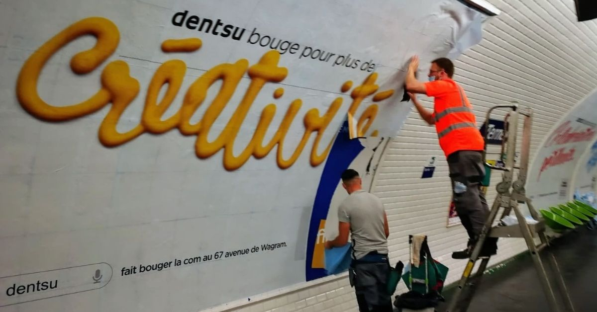 ouvriers-collent-affiches-metro